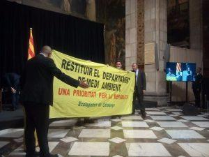 Acció reivindicativa de la Federació d'Ecologistes de Catalunya (EdC), durant l'acte d'entrega dels premis Medi Ambient 2018 que atorga la Generalitat, presidit pel President de la Generalitat, Quim Torra