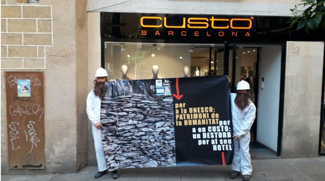 Acció a la botiga Custo Barcelona, promotors de l'hotel de Sa Guarda a Cadaqués