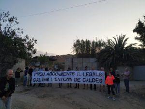 Veïnes i veïns de Caldes bloquegen l'accés dels camions a l'explotació d'àrids de Carerac