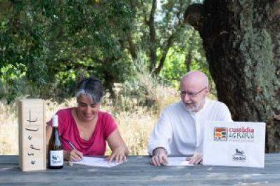 Espelt Viticultors i la IAEDEN signen un acord de custòdia agrària